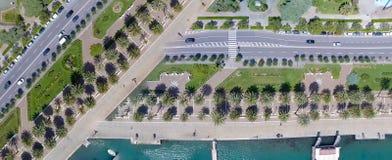 Vista hacia abajo de la 'promenade' de la ciudad con las palmas, cruces Fotos de archivo libres de regalías