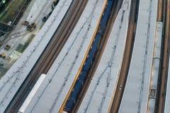 Vista hacia abajo del ferrocarril en la noche Foto de archivo libre de regalías