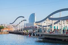 Vista-Hafenansicht mit Gehweg Brücke in Barcelona Lizenzfreie Stockbilder