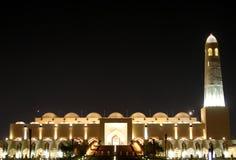 Vista hermosa de la mezquita magnífica de Doha en la noche Imagen de archivo