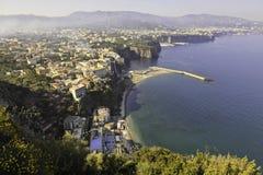 Vista hermosa de Sorrento por mañana brumosa Imagen de archivo