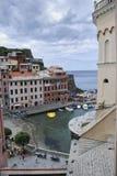 Vista hermosa de Vernazza Es uno de cinco pueblos coloridos famosos de Cinque Terre National Park en Italia, suspendidos fotos de archivo