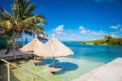 Vista hermosa del Caribe con agua de la turquesa en el calafate de Caye, imágenes de archivo libres de regalías