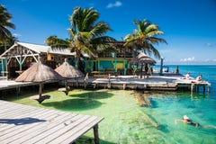 Vista hermosa del Caribe con agua de la turquesa en el calafate de Caye, foto de archivo