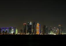 Vista hermosa del horizonte de Doha en la noche, Qatar Imágenes de archivo libres de regalías