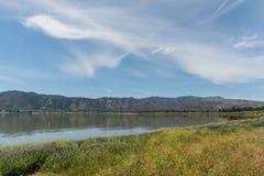 Vista hermoso de Elsinore del lago en la primavera, California meridional fotografía de archivo