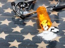 Vista honesto próxima da garrafa aberta da prescrição do opioi esmagado Fotos de Stock