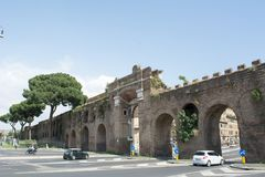 Vista horizontal de Porta San Giovanni no fundo do céu azul ro imagens de stock royalty free