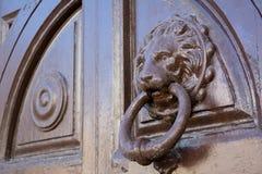 Vista horizontal de una chapaleta vieja en una puerta de madera antigua fotos de archivo libres de regalías