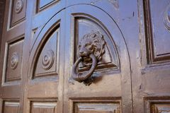 Vista horizontal de una chapaleta vieja en una puerta de madera antigua fotografía de archivo libre de regalías