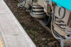 Vista horizontal del cierre para arriba de los amortiguadores de choque de las ruedas Foto de archivo