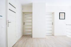 Vista horizontal del pasillo con las puertas blancas Fotos de archivo libres de regalías