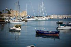 Vista horizontal dos barcos amarrados em Bari Touristic Harbour sobre Imagem de Stock