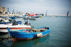 Vista horizontal dos barcos amarrados em Bari Touristic Harbour sobre Fotografia de Stock Royalty Free
