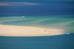 Vista horizontal em Oceano Atlântico com os barcos pelo pyla da duna fotos de stock royalty free