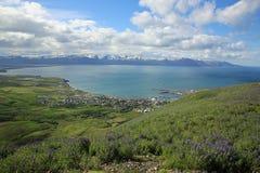 Vista a Husavik y la costa costa de Islandia septentrional Foto de archivo libre de regalías