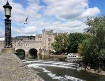 Vista icónica da ponte e do Weir de Pulteney no banho Inglaterra foto de stock