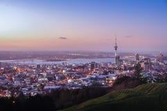 Vista iconica del centro urbano di Auckland dal Mt l'Eden Fotografie Stock Libere da Diritti