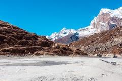 Vista iconica della regione selvaggia delle alte montagne e del fondo di lago asciutto Fotografie Stock