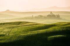 Vista idílica de las tierras de labrantío montañosas en Toscana foto de archivo
