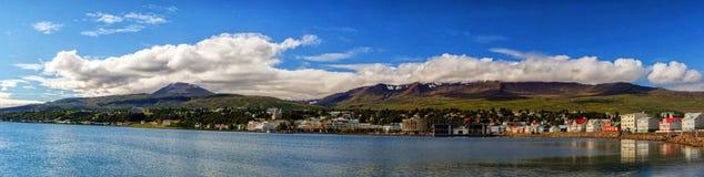 Vista idílica de montañas, del océano y de nubes fotografía de archivo