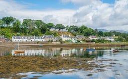 Vista idílico de Plockton, vila nas montanhas de Escócia no condado de Ross e de Cromarty fotografia de stock