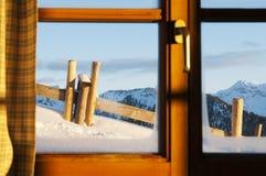 Vista idílico de um chalé à paisagem do inverno Fotografia de Stock
