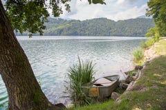 Vista idílico do lago Levico em Trentino, Itália fotografia de stock