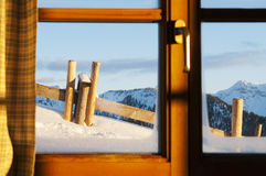 Vista idillica da un chalet al paesaggio di inverno fotografia stock