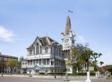 Vista il vecchio, di costruzione favolosa con una guglia e delle torri, nello stile gotico immagini stock libere da diritti