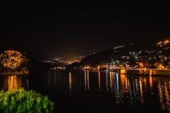 Vista illuminata del lago e del Bhimtal Immagine Stock