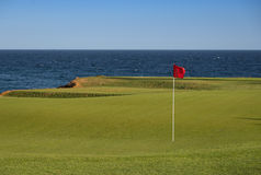 Vista imponente de un campo de golf costero Imagen de archivo