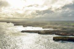 Vista imponente del gran camino del océano durante puesta del sol imágenes de archivo libres de regalías