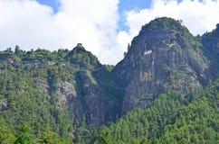 Vista imponente del monasterio de Taktsang de lejos Imagen de archivo