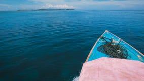Vista impresionante del océano sin fin en Bali y tribuna del yate que navega a continuación Escena increíble del mar con metrajes