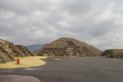 Vista impresionante a la pirámide de la luna y del Avenida de los muertos a Imagen de archivo