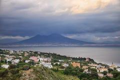 Vista impressionante ao distrito fino em Nápoles, em golfo e em vulcão do Vesúvio fotografia de stock