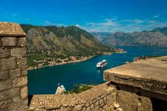 Vista impressionante da baía de Kotor, Montenegro, olhando para baixo da parte superior das ruínas do castelo fotos de stock royalty free