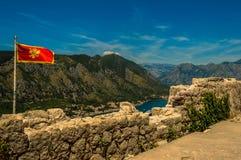 Vista impressionante da baía de Kotor, Montenegro, olhando para baixo da parte superior das ruínas do castelo fotos de stock