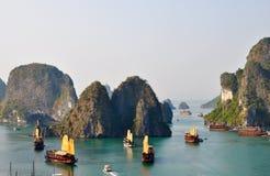 Vista impressionante da baía Vietnam de Halong Fotos de Stock Royalty Free
