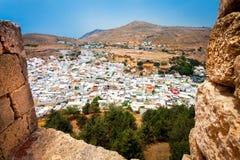 Vista impressionante da cidade de Lindos da fortaleza Imagem de Stock