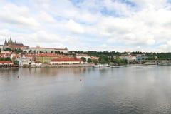 Vista impressionante de Charles Bridge ao rio de Vltava, à arquitetura velha e à modernidade foto de stock royalty free
