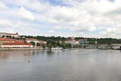 Vista impressionante de Charles Bridge ao rio de Vltava, à arquitetura velha e à modernidade fotografia de stock