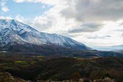 Vista impressionante dei picchi di montagna nevosi delle alpi albanesi Immagine Stock