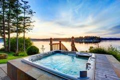 Vista impressionante dell'acqua con la vasca calda nella sera di estate fotografia stock