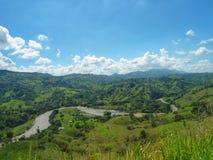 Vista impressionante do rio de Cauca, de seu vale e das montanhas de Colômbia imagens de stock