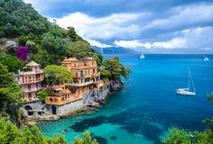 Vista impressionante em uma baía bonita antes da tempestade em Portofino, Itália imagem de stock