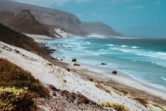 Vista impressionante sobre penhascos e dunas de areia vulcânicos ásperos estéreis Planície vasta do litoral Baia DAS Gatas Ao nor imagem de stock royalty free