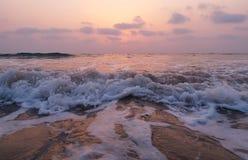 Vista impressionista das ondas do mar que vêm com velocidade imagem de stock
