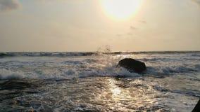 Vista impressionista das ondas do mar que vêm com velocidade fotos de stock royalty free